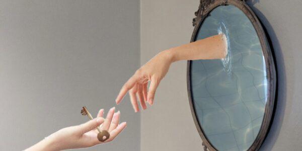 Una mujer frente al espejo